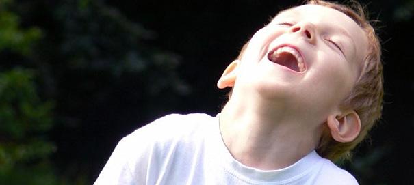 Если человек описывает себя как веселого, он тем самым относит себя к группе «весельчаков»